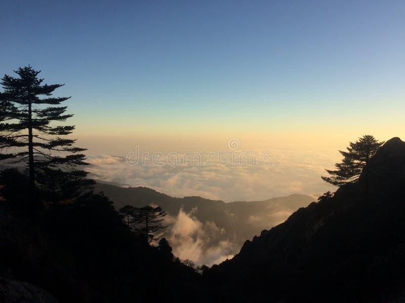 Landskap av naturen ovanför molnen royaltyfria bilder