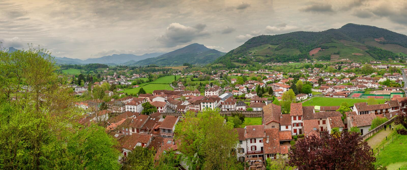 Landskap av Pays Basque, helgon Jean Pied de Port i s?derna av Frankrike royaltyfria foton