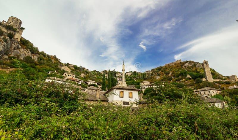Landskap av Pocitelj, moské i mitten, Bosnien och Hercegovina royaltyfri bild