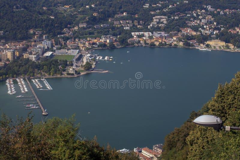 Landskap av sjön Como uppifrån av kullen, nordliga Italien royaltyfri bild