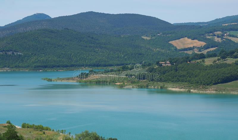 Landskap av sjön Montedoglio En konstgjord sjö eller en handfat, en av de störst i Europa tuscany italy royaltyfri bild