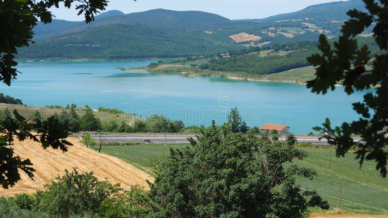 Landskap av sjön Montedoglio En konstgjord sjö eller en handfat, en av de störst i Europa tuscany italy royaltyfri fotografi