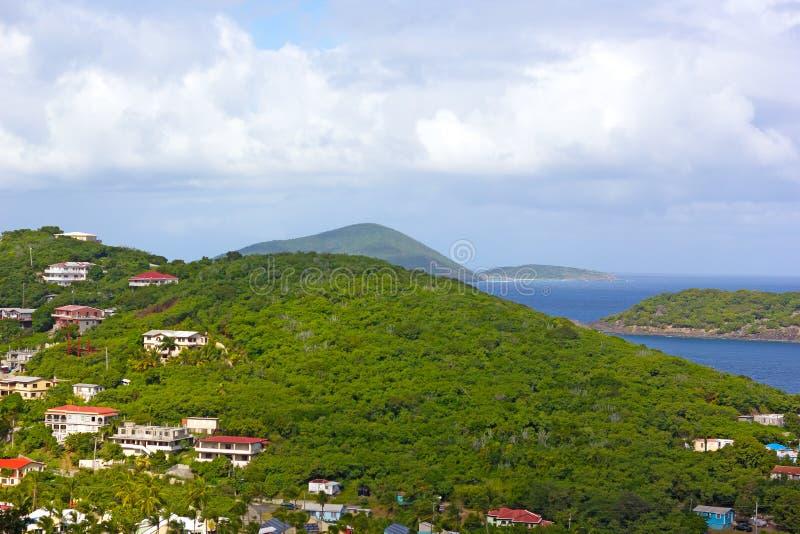 Landskap av St Thomas Island med hus, berg och avlägsna öar på horisonten, USA VI fotografering för bildbyråer