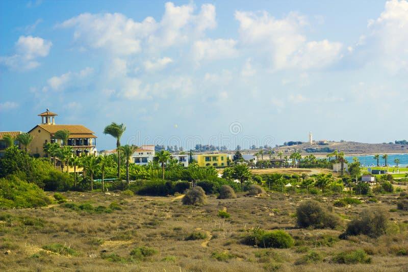 Landskap av staden Paphos med hus, träd, fyr, Cypern fotografering för bildbyråer