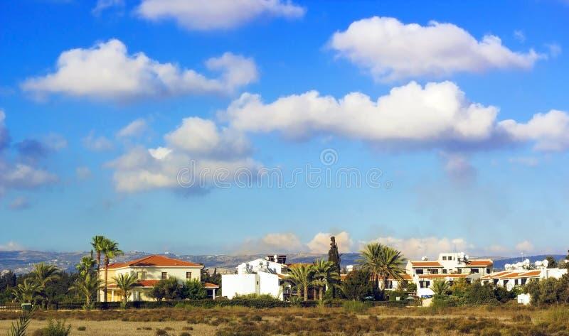 Landskap av staden Paphos med hus, träd och berg fotografering för bildbyråer