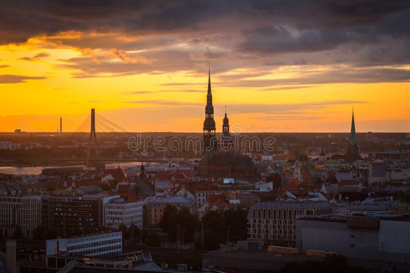 Landskap av staden uppifrån, Riga i solnedgångljus, Lettland fotografering för bildbyråer
