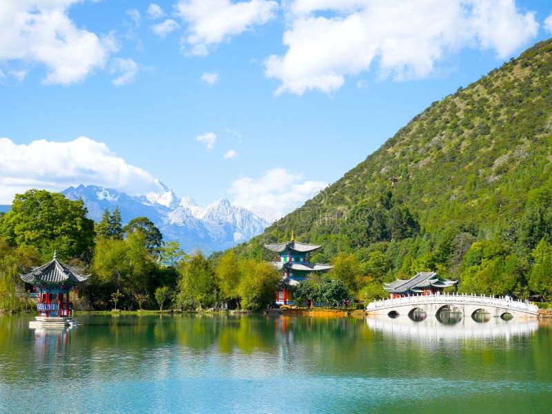 Landskap av svarta Dragon Pool med Jade Dragon Snow Mountain arkivbilder