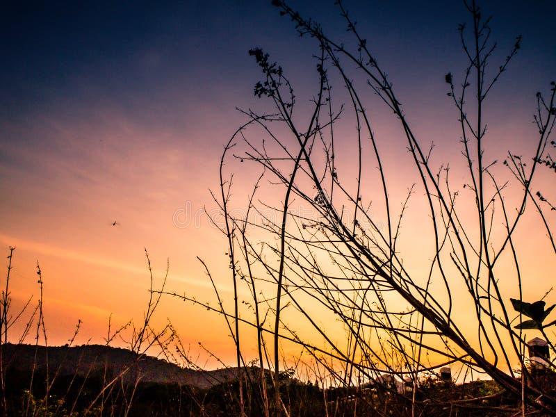Landskap av Thailand bygd på solnedgången Dramatisk sky ?ver berg arkivbilder