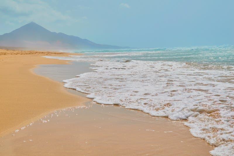 Landskap av turkosvattenstranden och stenberget i Cofete, Fuerteventura royaltyfria bilder