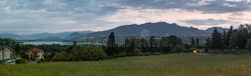 Landskap av Varese, Italien Panoramautsikten på soluppgång av Varese den sjö- och monteringsCampo deien Fiori som är regional par fotografering för bildbyråer