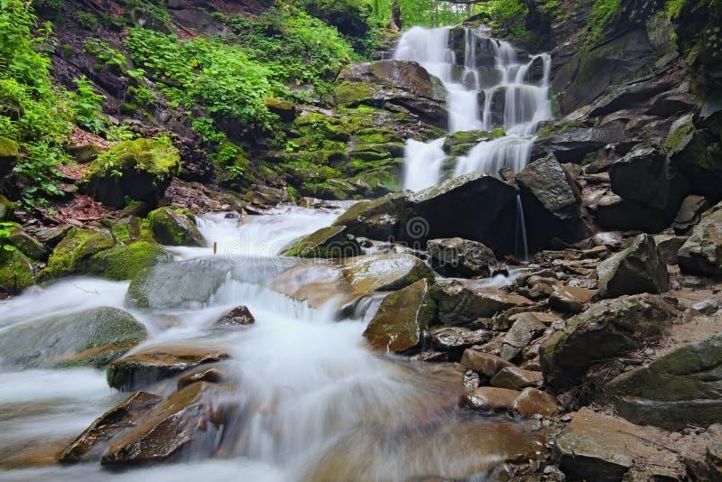 Landskap av vattenfallet Shypit i de ukrainska Carpathian bergen på den långa exponeringen i sommarmorgon Zakarpattya Ukraina arkivbilder