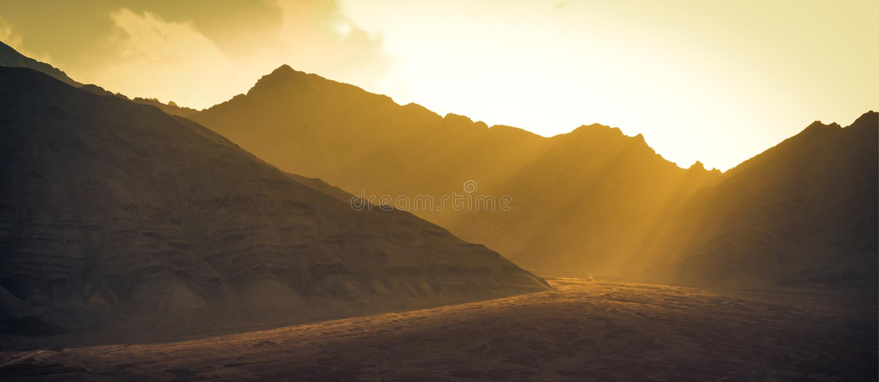 Landskap berg med solljus för solnedgång i Leh ladakh royaltyfri foto
