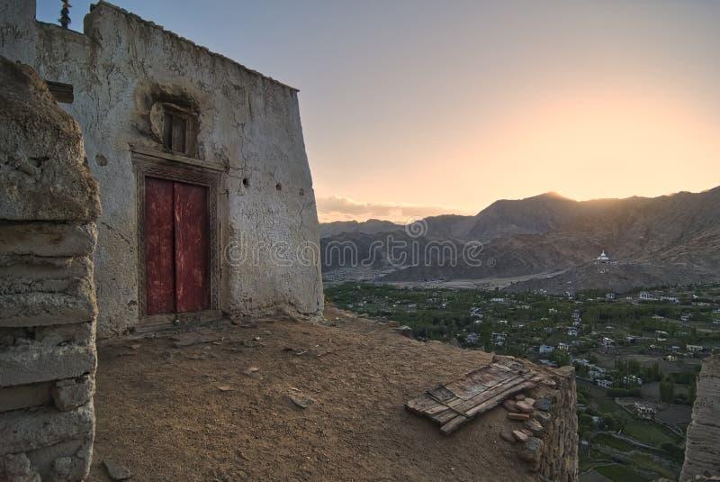 Landskap berg med solljus för solnedgång i Leh ladakh arkivbild