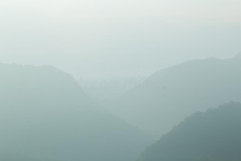 Landskap berget och mist på morgonberget, mjukt ljus Backg arkivbild