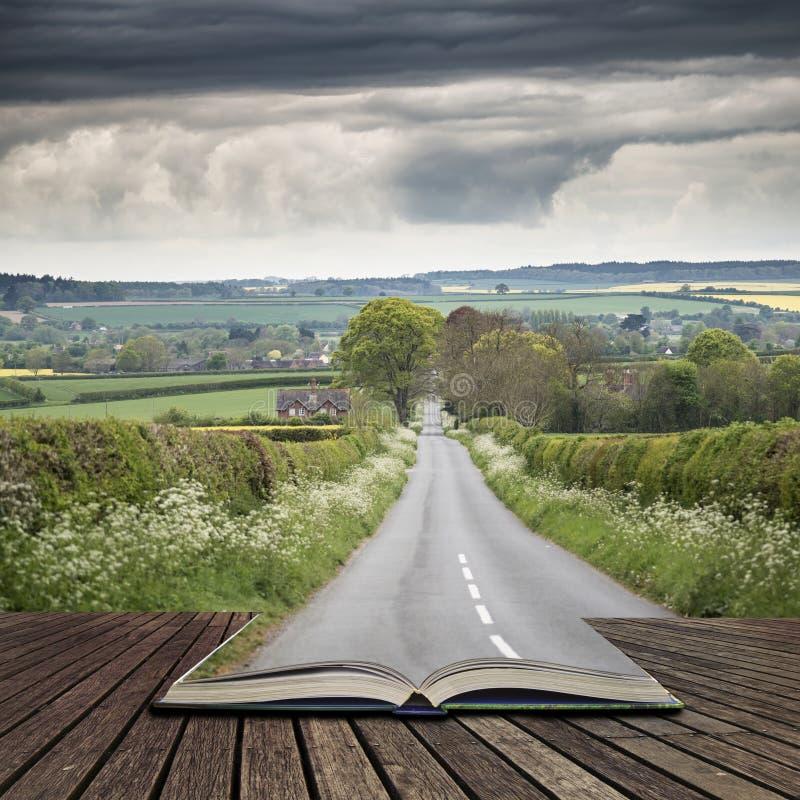 Landskap bilden av på engelska bygd för den tomma vägen med dramat arkivbilder