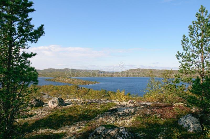 Landskap bland kullarna av Kola Peninsula arkivfoton