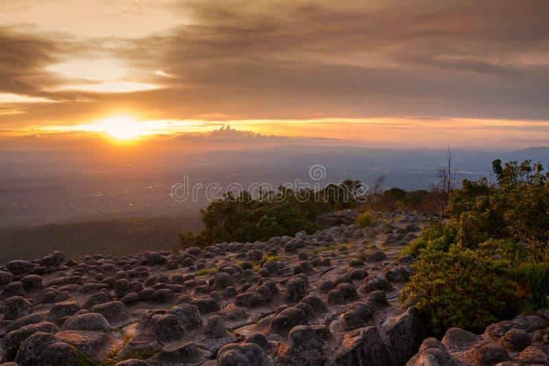 Landskap den solnedgångLaan Hin Pum synvinkeln på Phu Hin Rong Kla arkivbilder