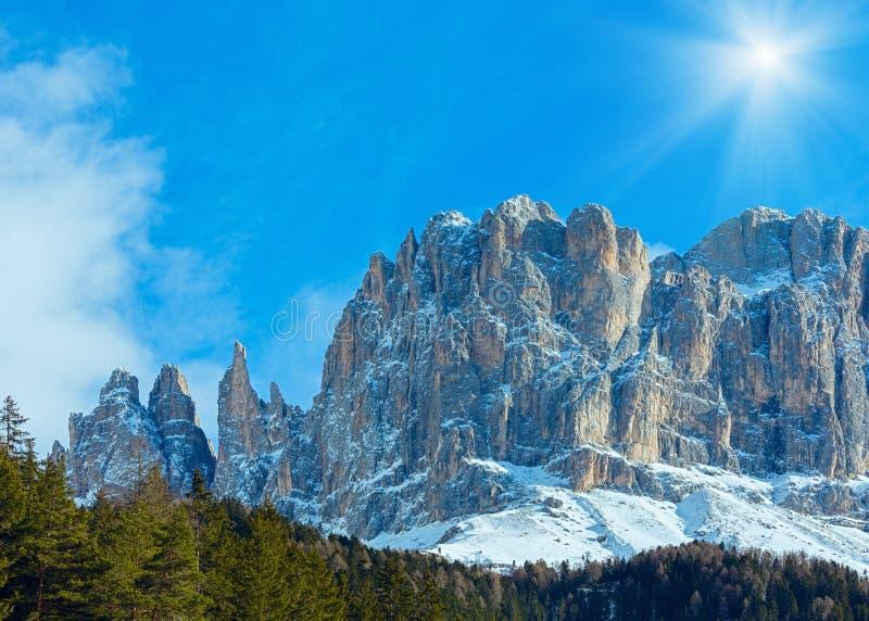 Landskap det steniga berg för den härliga vintern fotografering för bildbyråer