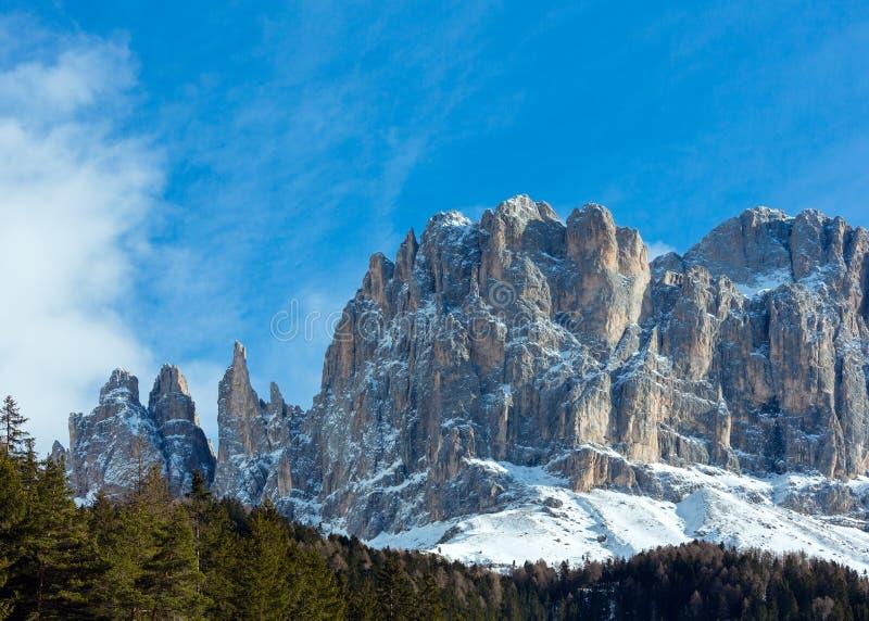 Landskap det steniga berg för den härliga vintern (den stora Dolomitesvägen) fotografering för bildbyråer