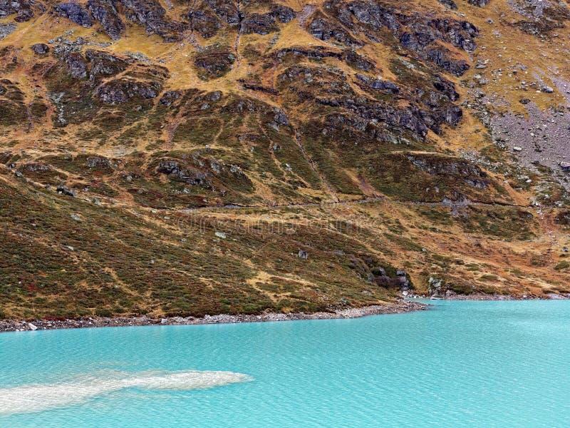 Is- landskap för alpin bergsjö arkivfoton