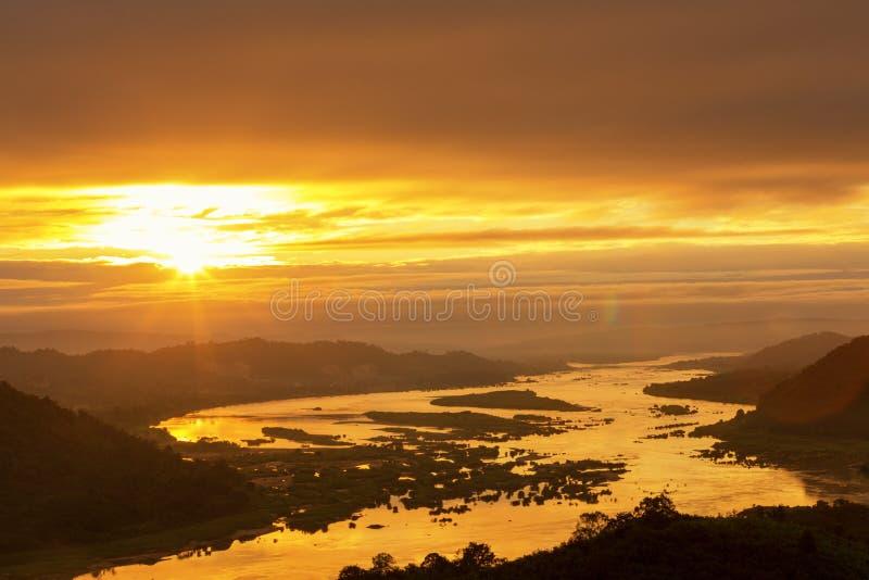 Landskap för guld- timme för Mekong River soluppgång härliga arkivbild