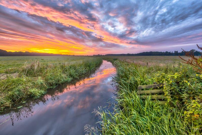 Landskap för HDR färgrikt indiansommarflod royaltyfri foto