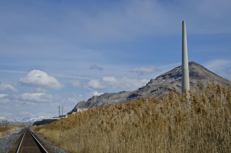 Landskap för järnväg för bunt för rök för bergsikt fotografering för bildbyråer