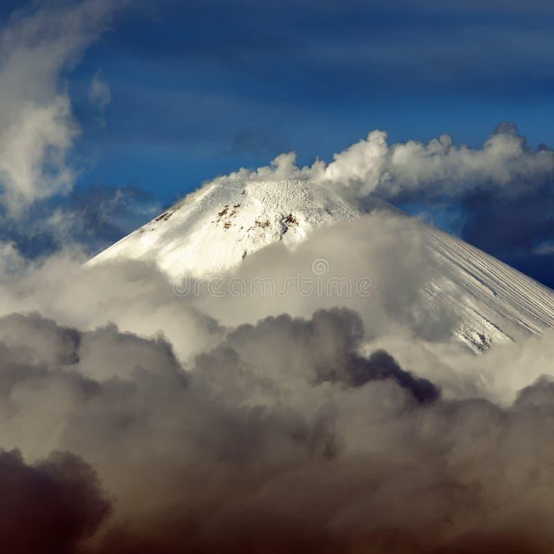 Landskap för landskapvintervulkan av den Kamchatka halvön royaltyfri foto
