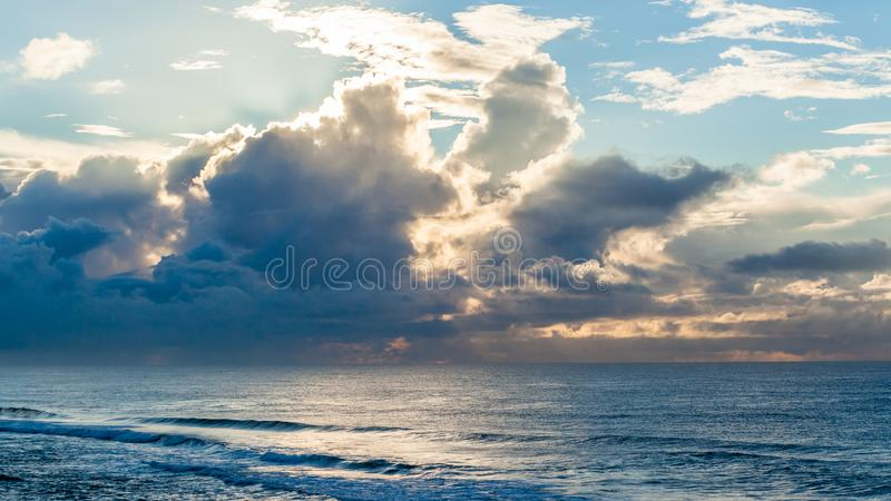Landskap för moln för storm för havvågor arkivbilder