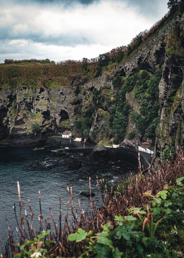 Landskap för norrkust över den Capelas staden på den SaoMiguel ön, Azores skärgård, Portugal Miradouro gör Porto das fotografering för bildbyråer