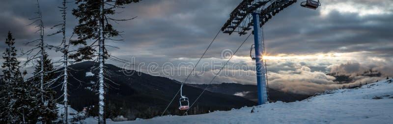 Landskap för panoramasnöberg med skidlift Soluppgång över det Carpathian berget i Ukraina arkivbilder