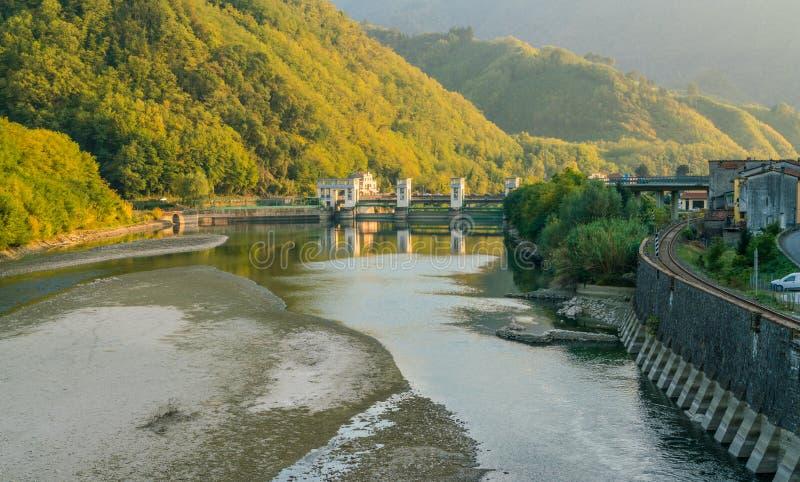 Landskap för sen eftermiddag nära Maddalena Bridge i Lucca, Tuscany, Italien royaltyfria bilder