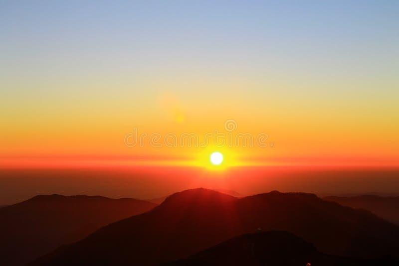 Landskap för solnedgång för Rosa Khutor bergsikter härligt royaltyfri fotografi