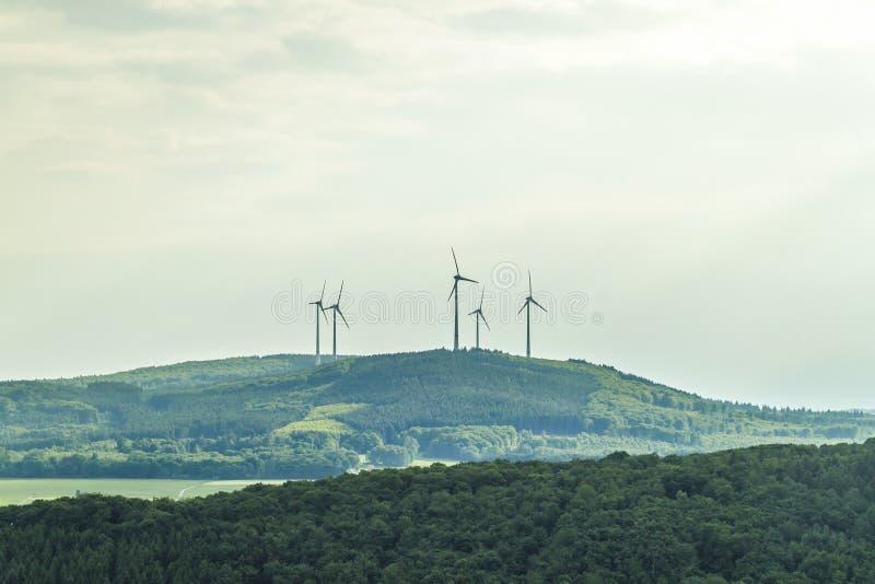 Landskap för sommar för källa för förnybara energikällor för vindturbin med frikänden arkivfoto