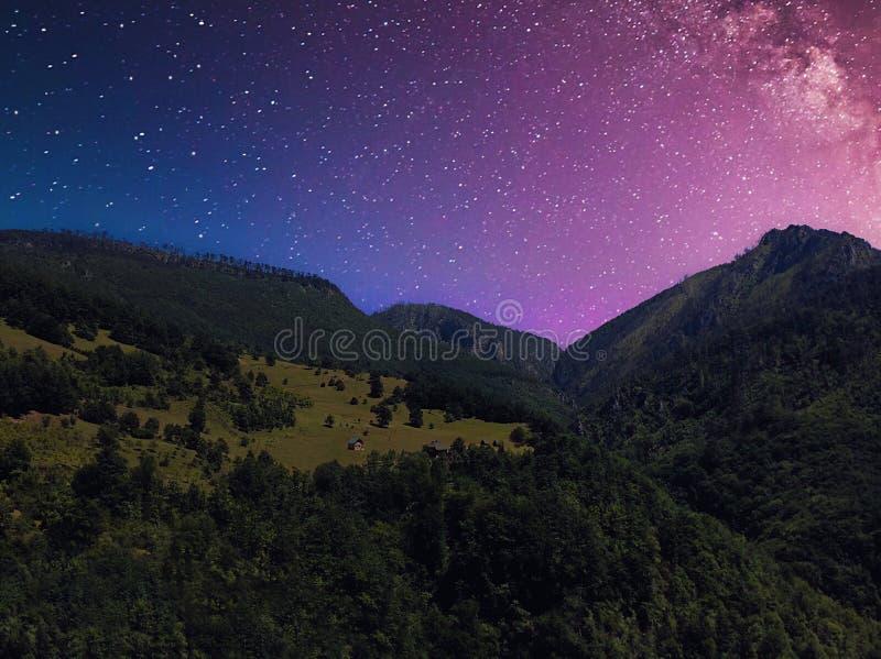 Landskap för sommarnatt med berget under en stjärnklar himmel royaltyfri bild