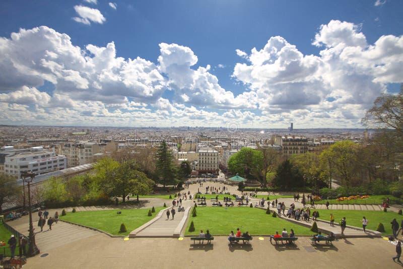 Landskap för stad för sightställe attraktivt av Paris Frankrike, underbar dagsutflykt, blå molnig himmel framme av den Sacre-Coeu royaltyfria foton