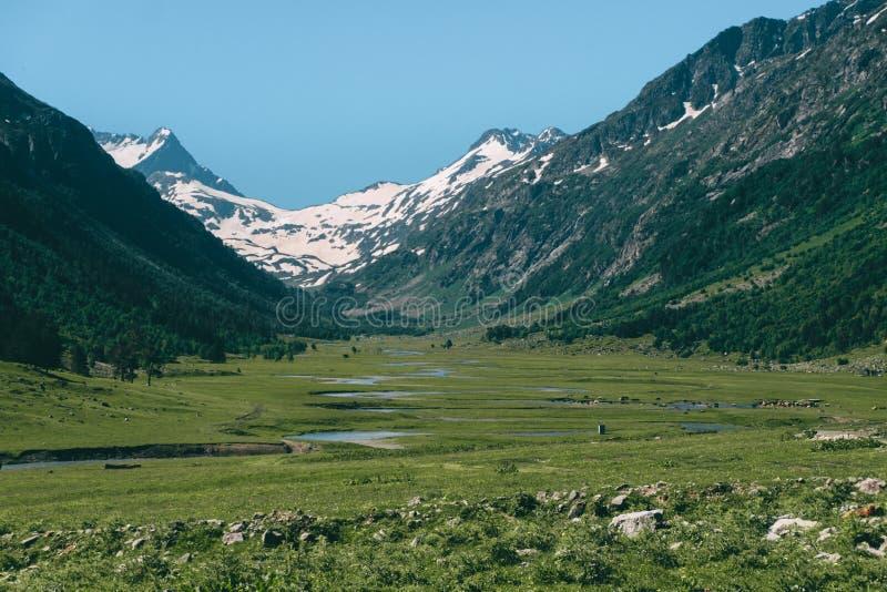 Landskap för vårberghögländer med dalen och snöig maxima arkivbild