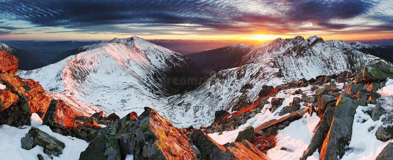 Landskap för vinterbergpanorama - solnedgång, Slovakien royaltyfri bild