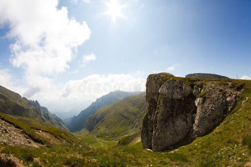 Landskap från Bucegi berg, del av sydliga Carpathians - Rumänien royaltyfri fotografi