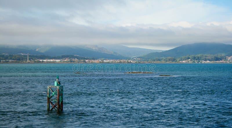Landskap från ett hav och berg fotografering för bildbyråer