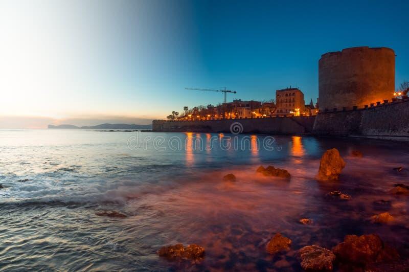 Landskap från skymning till natten av staden av Alghero, Sardinia tif arkivbild