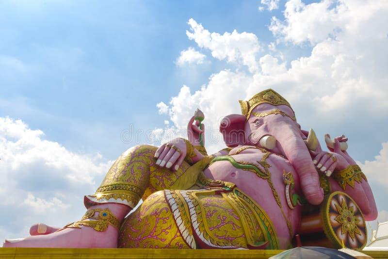 Landskap gränsmärke, staty, Ganesh, stor härlig rosa färg, samantempel, Thailand 14 September 2017 royaltyfri foto