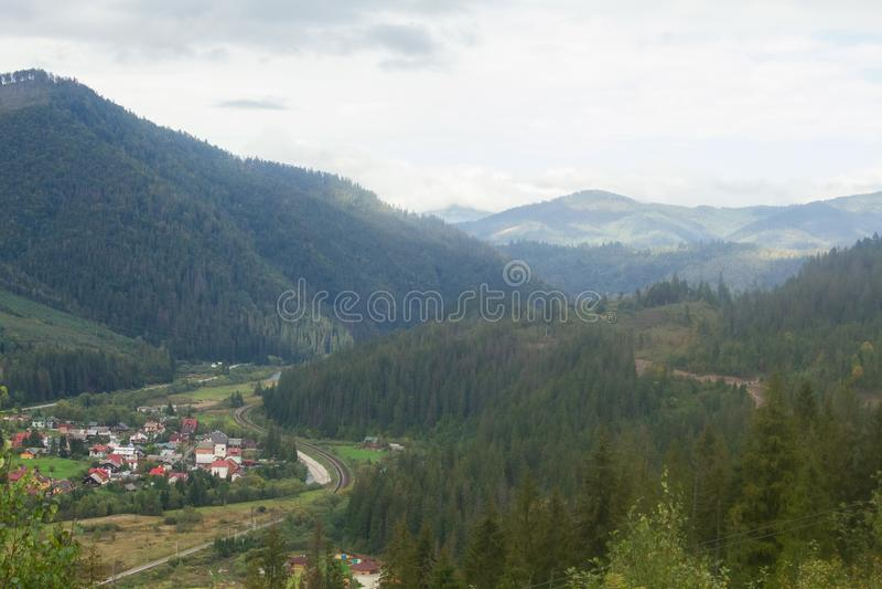 Landskap i Carpathians i auturmn arkivfoto