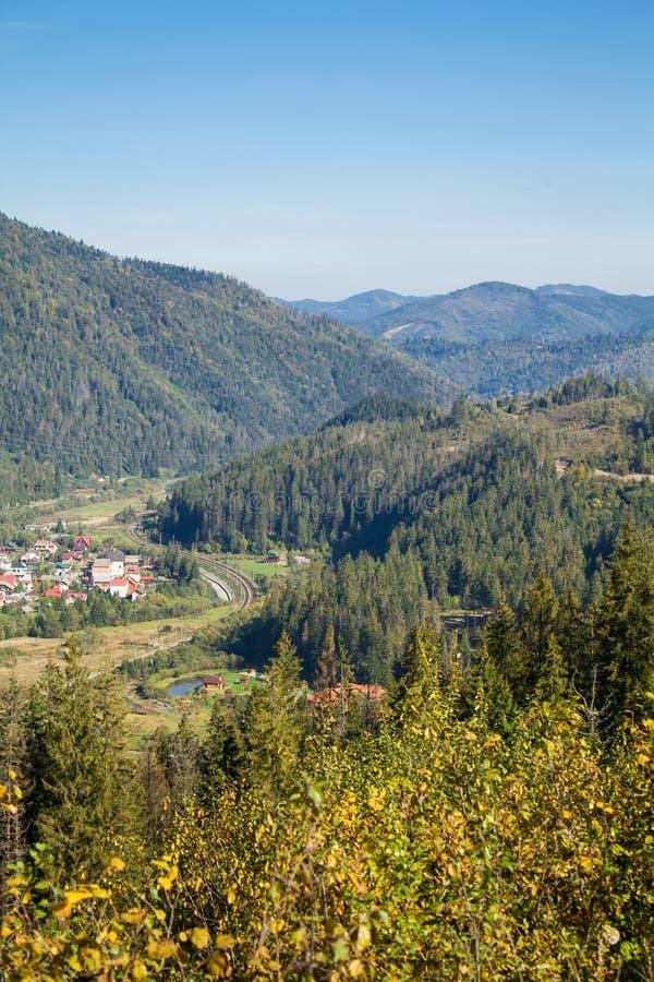 Landskap i Carpathians i auturmn arkivbilder
