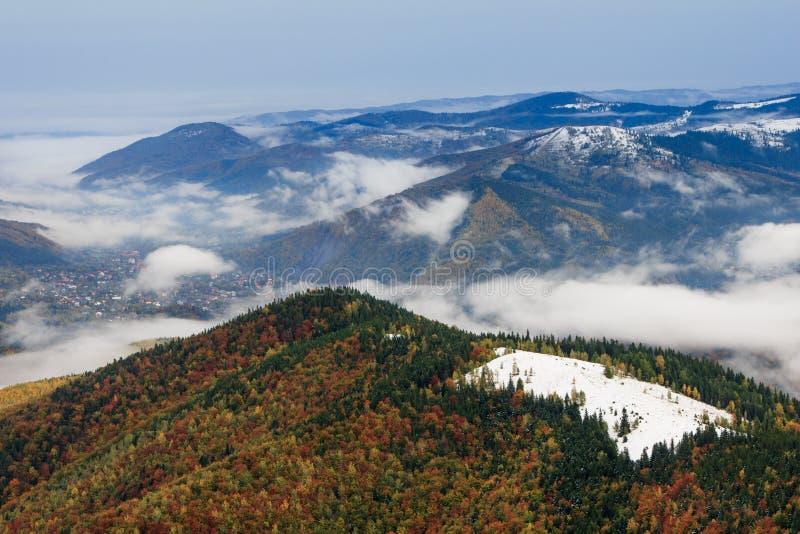 Landskap i höstberg Sikt uppifrån av berget på skogdimmabeläggningarna royaltyfri fotografi