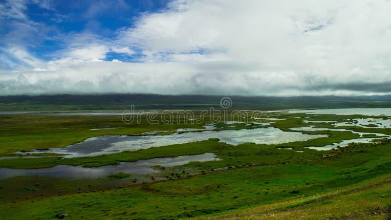 Landskap i Island med sjöar arkivfoton