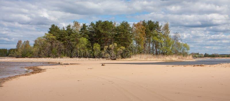 Landskap med ön och näset, sand, vatten, skog, himmel, Ryssland arkivbild