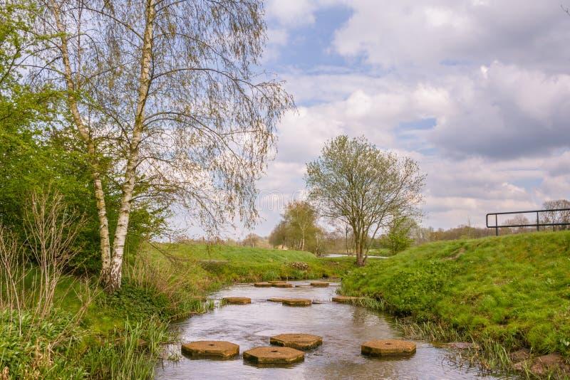 Landskap med att kliva stenar i en flod royaltyfria foton