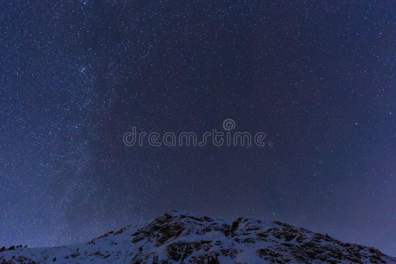 Landskap med berg och blå himmel i vinternatt royaltyfri fotografi
