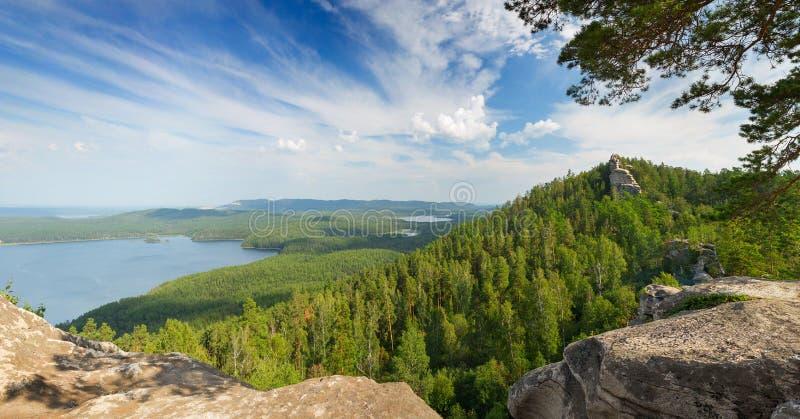 Landskap med berget och sjön arkivfoton